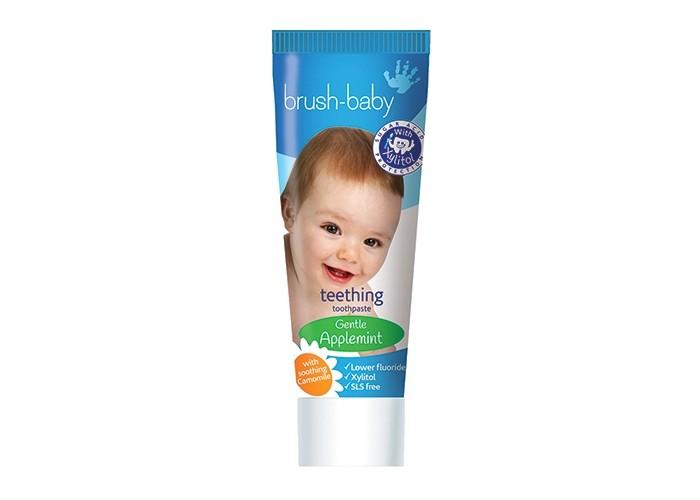 Brush-Baby Детская зубная паста TeetheningДетская зубная паста TeetheningBrush-Baby Детская зубная паста Teethening создана для облегчения болезненных ощущений в период прорезывания зубов у детей.   Особенности: Основные активные ингредиенты пасты: ксилитол, монофторфосфат натрия и экстракт ромашки.  Ксилитол оказывает антибактериальный эффект, при этом не нарушая нежную микрофлору полости рта ребёнка и не вызывая прочих побочных эффектов.  Фторид способствует укреплению эмали первых зубов, помогая сохранить их с самых ранних лет, ведь состояние молочных зубов очень влияет на здоровье будущих коренных.  Натуральный экстракт ромашки помогает предотвратить воспаление дёсен в период, когда режутся зубки.  Паста Brush-Baby Teethening обладает приятным вкусом яблоко-мята и не содержит лаурилсульфат натрия, парабены, ГМО.  Благодаря небольшому количеству фтора, паста безопасна при проглатывании.  Способ применения: Чистить зубы дважды в день количеством пасты размером с горошину. Для наилучшего эффекта используйте вместе с силиконовой зубной щёткой Brush-Baby<br>