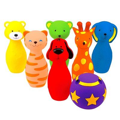 KS Kids Боулинг цветной виниловыйБоулинг цветной виниловыйБоулинг цветной виниловый KS Kids предназначен для воспитания у детей любви к активным видам отдыха. Мягкие кегли винилового боулинга выполнены в виде фигурок животных. Каждая фигурка пищит, если на нее надавить. Мяч, в котором есть три отверстия по размеру пальцев ребенка, удобно захватывать рукой. Поверхность каждой кегли сделана из разных покрытий, что увеличивает тактильную чувствительность малыша.Кегли могут быть и просто отличными игрушками, Малышу понравится брать их с собой ванну, а также использовать как прорезыватели для зубов. В мячике есть три дырочки для пальцев - так его удобнее бросать.<br>