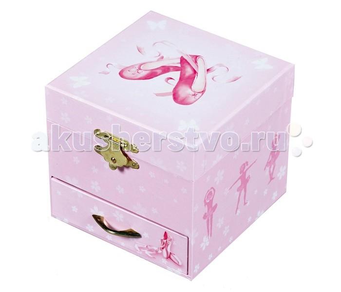 Trousselier Музыкальная шкатулка-куб Ballerina ShoesМузыкальная шкатулка-куб Ballerina ShoesКрасивая музыкальная шкатулка-куб Ballerina Shoes с одним отделением для хранения мелочей, выдвижным ящичком и крутящейся под музыку фигуркой балерины.  Выполненная из дерева, имеет небольшое зеркальце внутри.   Малыш будет в восторге! Не забываемый подарок на день рождения!   Музыкальный механизм заводится с помощью маленького ключика. (ROMEO & JULIET - ROMEO & JULIETTE)  Размер: 11 х 9 х 11 см  Поставляется в подарочной коробке Trousselier.   Французский бренд Trousselier вот уже более 40 лет создает уникальные коллекции детских игрушек, товаров для дома и интерьера. Вся продукция изготовлена из натуральных материалов с соблюдением высоких европейских стандартов качества.<br>