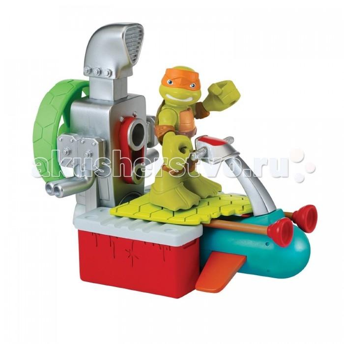 Turtles Игровой набор Майки с гидроциклом Half Shell HeroИгровой набор Майки с гидроциклом Half Shell HeroTurtles Игровой набор Майки с гидроциклом Half Shell Hero представляет собой фигурку одного из веселых и добродушных персонажей мультика Черепашки-ниндзя - Микеланджело и его транспортное средство - быстроходный катер.   Особенности: Винт катера может вращаться, если нажать на подзорную трубу.  Черепашку отличает оранжевая повязка, а на ногах надеты ласты, чтобы сражаться с врагами и под водой.  От катера также может отделиться гидроцикл, более компактный и быстрый.<br>