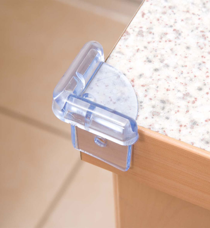Clippasafe Защита на углы 4 шт.Защита на углы 4 шт.Мягкие накладки на углы стола защитят малыша от непредвиденных травм. Накладки клеятся на углы и при желании легко могут быть удалены.<br>