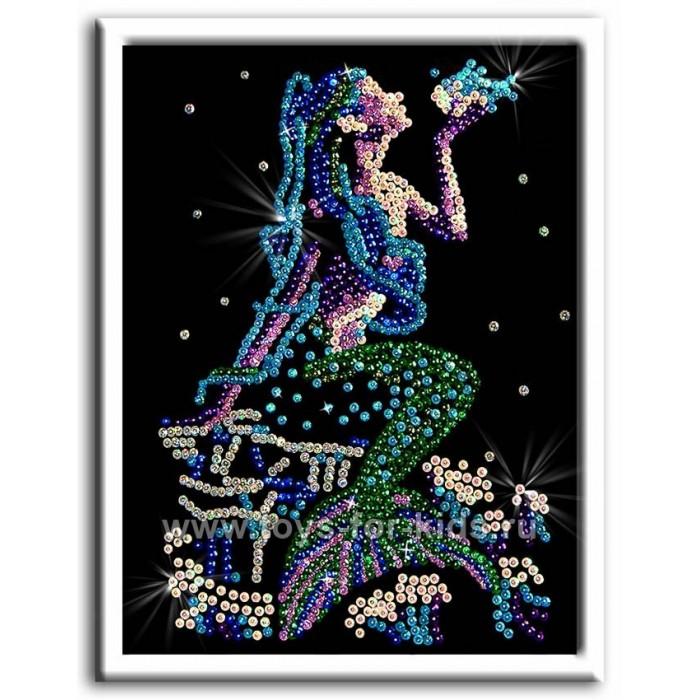 Волшебная мастерская Мозаика из пайеток РусалочкаМозаика из пайеток РусалочкаВолшебная мастерская Мозаика из пайеток Русалочка  Набор для творчества «Мозаика из пайеток» - это несложная, но оригинальная поделка, процесс создания которой стимулирует многие важные для ребенка качества и навыки. Основа мозаики изготовлена из пенопласта. К ней требуется пришпиливать разноцветные пайетки при помощи специальных гвоздиков. Полученная картина украсит ваш интерьер, в комплекте есть рамка. Этот набор позволит создать симпатичное блестящее изображение русалочка.  Комплект: планшет из пенопласта  цветной фон с точечным рисунком  схема с номерами и указанием цветовой гаммы  пайетки разных цветов соответственно картине  гвоздики-булавки для накалывания пайеток  рамка из пенопласта для оформления картины  инструкция.<br>