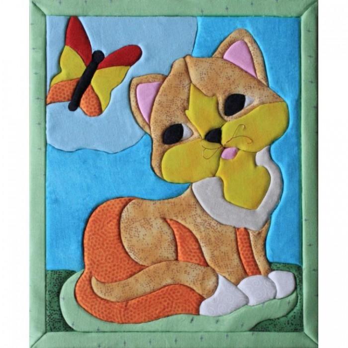 Волшебная мастерская Кинусайга КошкаКинусайга КошкаВолшебная мастерская Кинусайга Кошка  Кинусайга или как ее еще называют пэчворк без иглы - техника рукоделия, зародившаяся на Востоке, в Японии. Это необыкновенный способ создания картин, не требующий применения иголки. Использовать данную технику можно практически во всем: в создании панно, шкатулок, игрушек, предметов интерьера. Лоскутная мозаика получила необыкновенную популярность во всем мире, нашла своих поклонников. Надеемся, она не оставит и вас равнодушными, порадует своей простотой исполнения, красотой, оригинальностью. Станет хорошим подарком друзьям и близким.  Комплект: основа из пенокартона специальная ткань разных цветов и размеров зубочистки элементы декора (глазки, заготовки из полимерного материала) выкройка на самоклеющейся бумаге подробная инструкция.<br>