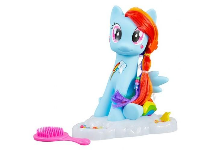HTI Игрушка Студия стиля My Little PonyИгрушка Студия стиля My Little PonyНабор Студия стиля My Little Pony содержит в себе множество замечательных аксессуаров, которые позволят маленькой моднице создавать стильные прически.  Фигурка пони Рэйнбоу Дэш из сериала My Little Pony просто очаровательна и в точности повторяет внешний вид мультяшки. Ее грива радужного цвета!   Благодаря аксессуарам входящим в комплект маленькая поклоница сериала сможет украсить пони на свой вкус.   В набор входят наклейки, расчески заколки, стразы разных цветов.<br>