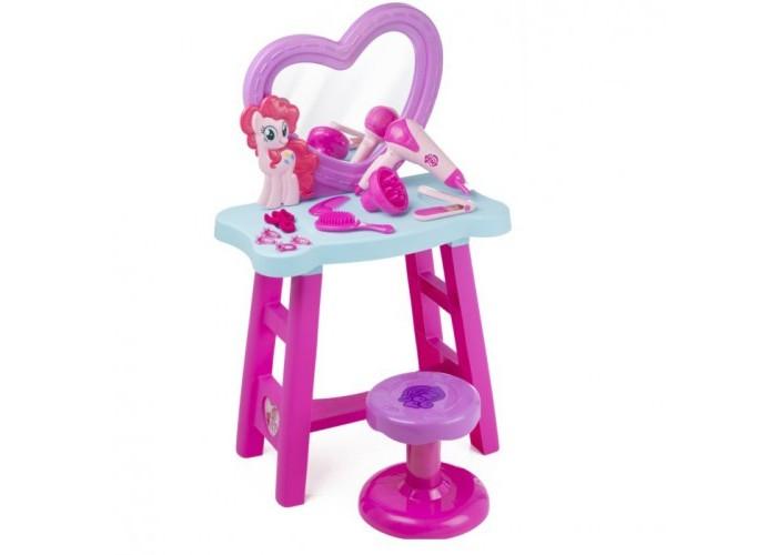 HTI Игрушка Туалетный столик My Little PonyИгрушка Туалетный столик My Little PonyНабор Туалетный столик My Little Pony понравится каждой поклоннице всемирно популярного мультсериала My little Pony.   Он содержит в себе множество замечательных аксессуаров, которые позволят маленькой моднице почувствовать себя красавицей. С таким набором она будет целыми днями увлечена созданием своего неповторимого стиля.   В комплекте есть трюмо с зеркалом, стульчик, фен, утюжок для волос и многое другое. Все это выполнено в красивом фиолетово-розовом цвете в стиле мультсериала.  Столик оснащен множеством аксессуаров для стайлинга волос, включая фен, работающий от батареек, игрушечный выпрямитель волос, щетка и расческа, заколки и резинки для волос.  В наборе 14 элементов.  Фен работает от батареек: 1х1,5 VAA/LR6 (В комплект не входит).   Юные модницы, играя с этим красочным набором, смогут научиться делать удивительные прически и заплетать косички, а также развить чувство вкуса и стиля.<br>