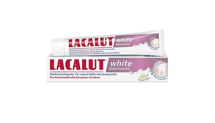 Lacalut Зубная паста White Edelweiss 75 млЗубная паста White Edelweiss 75 млПрофилактическая зубная паста White Edelweiss для восстановления и поддержания природной белизны зубов. Для свежего дыхания, подаренного силой природы.  Ежедневная профилактическая зубная паста для эффективного отбеливания и реминерализации эмали зубов.  Благодаря экстрактам Эдельвейса альпийского, Вербены лимонной, Манжетки обыкновенной и Шалфея лекарственного, паста оказывает антисептическое, противовоспалительное, заживляющее, вяжущее, обезболивающее и антиоксидантное действие.  Укрепляет десны, защищает их от кровоточивости, устраняет неприятный запах изо рта.<br>