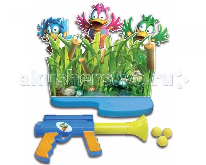Splash Toys Игра Утиная охотаИгра Утиная охотаИгра Утиная охота - это настольная игра.  Утки обожают играть в прятки. Попади в них шарами. Если попасть в утку, она крякает и падает назад.   Прикрепите уток к подставке и убедитесь, что они установлены прямо. Вставьте картонную панель, как это показано на схеме. РУЖЬЁ Зарядка мячей в ружьё производится со стороны дула. Потяните на себя ручку ружья. Можно начинать стрелять. Теперь вы готовы к игре. Отойдите на комфортное расстояние и стреляйте в уток, как только они будут выскакивать из зарослей. Когда вы попадёте в утку, она опрокидывается. Внимание: стрелять нужно только в уток.  Состоит из электронного основания, картонных декораций травы и фигурок уток, которые в процессе игры появляются из травы.  Игрок пытается попасть в них из пластмассового пистолета пластиковыми мягкими шариками.  Необходимы батарейки 3хААА LR03 (в комплект не входят).<br>