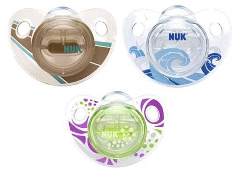 Пустышка Nuk ортодонтическая силиконовая Trendline Adore, размер 1 (0-6 мес.)ортодонтическая силиконовая Trendline Adore, размер 1 (0-6 мес.)Ортодонтическая форма соски-пустышки NUK Trendline Adore обеспечивает формирование правильного прикуса и челюстно-лицевого аппарата в целом.  Как и все соски NUK, они имеют клапанную систему NUK AIR SYSTEM - воздух выходит через специальное отверстие, благодаря чему пустышка остается мягкой и сохраняет свою форму, что предотвращает деформацию полости рта ребенка.  Силикон - прочный гипоаллергенный материал, который не вступает в химическую реакцию со слюной, хорошо стерилизуется, не теряет форму и не впитывает запахи.<br>