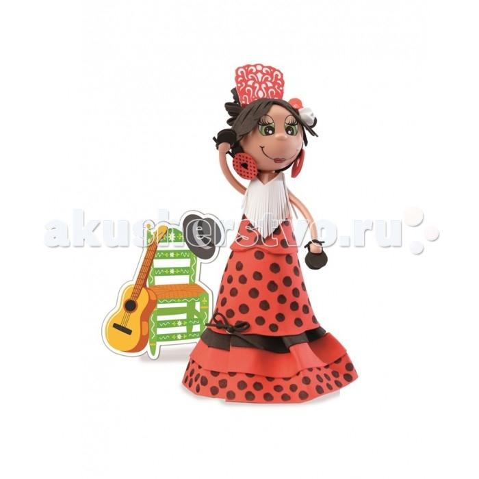 Educa Фофуча Лола набор для творчества в виде куклыФофуча Лола набор для творчества в виде куклыФофуча Лола набор для творчества в виде куклы.  Слово Фофуча пришло из Бразилии и означает «милая и симпатичная», так же называются и эти привлекательные куколки с длинными ногами и круглыми головами. Каждая Fofucha (Фофуча) так же уникальна, как и человек, её создавший.   Набор для творчества детская игрушка в виде куклы в разобранном виде, в комплект входит: сборное пластиковое тело, бархатная бумага разных цветов, двухсторонний скотч, схемы, картонные детали, самоклеящиеся глаза и рот, инструкция.   Состав: картон, бумага, пластик, этилен винил ацетат, полимерный материал. Игрушка предназначена для детей от 6 лет. Отделите части тела куклы от сетки.   Вырежьте обведённые деталии. Используйте достаточное количество двустороннего скотча, чтобы детали лучше держались. Придайте деталям нужную форму вручную, или с помощью каких-либо цилиндрических предметов.   Сделайте свои собственные аксессуары из оставшегося материала.   Приклейте глаза и рот, используя маркировку на лице куколки.<br>