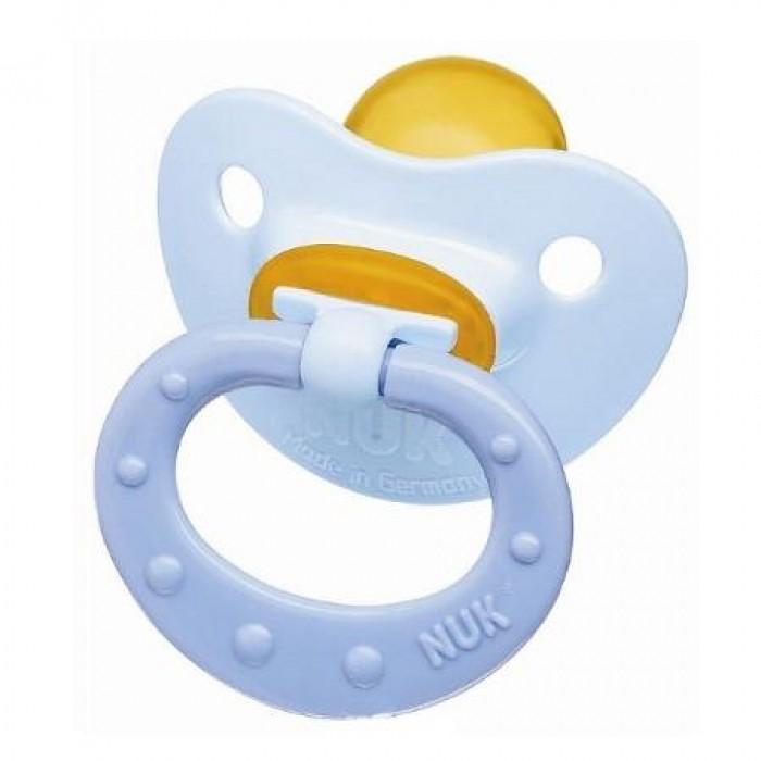 Пустышка Nuk ортодонтическая латексная Baby Blue, размер 1 (0-6 мес.)ортодонтическая латексная Baby Blue, размер 1 (0-6 мес.)Современный дизайн и ортодонтическая форма NUK  Ортодонтическая форма соски-пустышки NUK обеспечивает формирование правильного прикуса и челюстно-лицевого аппарата в целом, а красочный рисунок понравится Вашему ребенку. Загубник анатомической формы полностью прилегает к лицу ребенка и оснащен специальным вентиляционным отверстием.  Как и все соски NUK имеет клапанную систему NUK AIR SYSTEM - воздух выходит через специальное отверстие, благодаря чему пустышка остается мягкой и сохраняет свою форму, что предотвращает деформацию полости рта ребенка.<br>