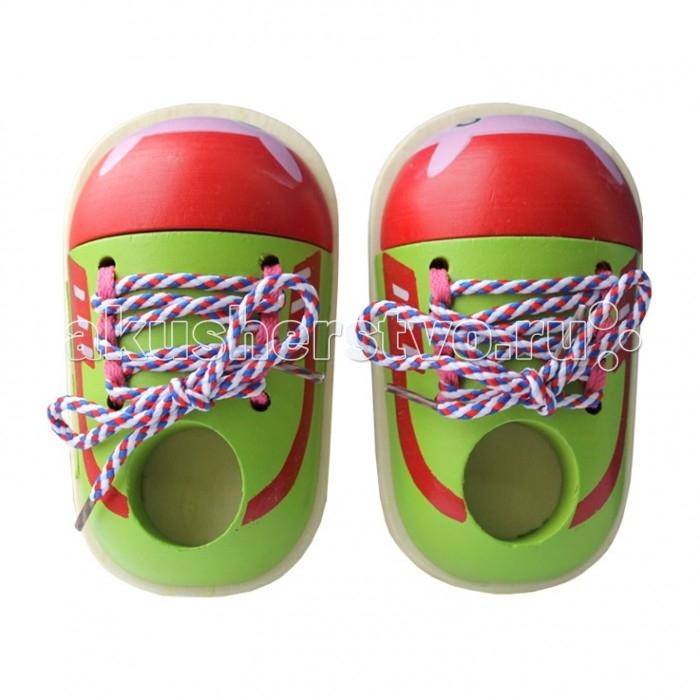 Деревянная игрушка Папа Карло Шнуровка Ботиночки со шнуркамиШнуровка Ботиночки со шнуркамиДеревянная игрушка Папа Карло Шнуровка Ботиночки со шнурками будет не только интересной, но развивающей игрой для любого ребенка. Благодаря ему малыш научится самостоятельно завязывать шнурки на обуви.   Особенности: Шнуровка выполнена из дерева. Деревянная подошва тщательно обработана и отшлифована, а также пропитана специальным антисептическим составом.  Вся поверхность набора тщательно обработана и лишена заноз, которые могут вызвать раздражение на коже.  Шнурок выполнен из прочных, высококачественных нитей, плетение которых обеспечивает дополнительную устойчивость.  На концах шнурка находятся пластиковые наконечники, которые плотно прилегают к ткани и позволяют быстро и беспрепятственно продеть его в специальное крупное отверстие.  В случае, если игрушка испачкается, ее можно легко очистить при помощи простого мыла или других моющих средств.  Краска не смоется, а деревянная поверхность не пострадает. Благодаря этому чуду ребенок может научиться не только завязывать шнурки, но и различные узлы, которые могут в дальнейшем быть полезными. Набор очень компактный, он не занимает много места, а значит, его легко хранить и можно взять с собой в поездку или на прогулку.   Детские игрушки - это одни из главных помощников в развитии ребенка. На сегодняшний день большой популярностью пользуются деревянные игрушки. Бренд Папа Карло представляет огромный ассортимент развивающих пазлов, конструкторов, наборов из 100% экологичных материалов. Деревянные игрушки от Папы Карло приятны на ощупь. Различные кубики, головоломки, пирамидки помогают развивать геометрическое и тактильное восприятие, логику. Яркие цвета радуют глаз малыша.<br>