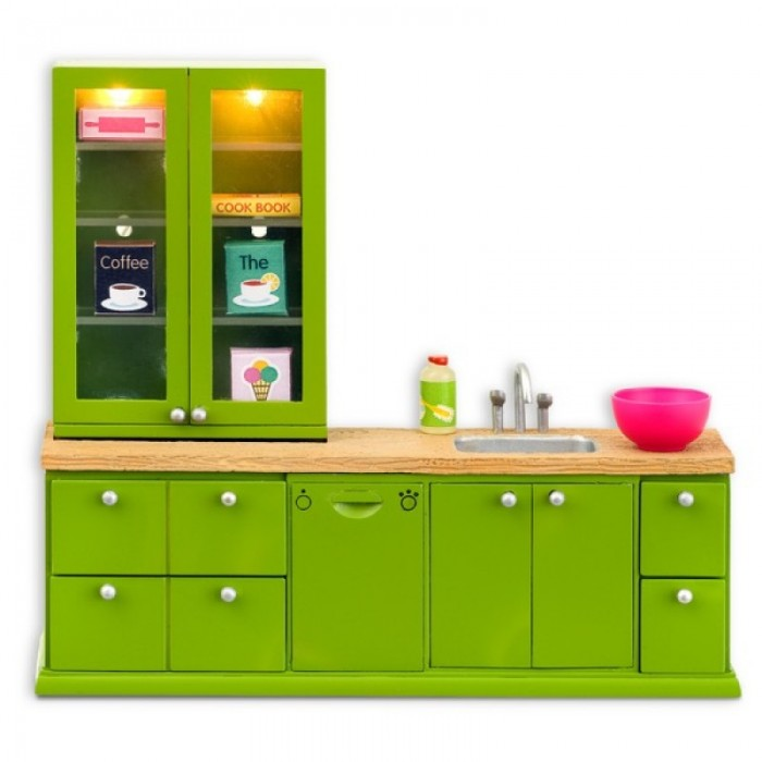 Lundby Мебель для домика Смоланд Кухонный набор с буфетомМебель для домика Смоланд Кухонный набор с буфетомМебель для домика Смоланд Кухонный набор с буфетом.  Мебель выполнена в масштабе 1:18.   Стильная и современная кухня — мечта любой хозяйки. В представленной кухне сочетаются: яркость и функциональность; весь арсенал необходимых элементов и компактность.  Сверху подвесной шкаф с прозрачными дверцами и подсветкой. Внизу несколько тумбочек с выдвижными ящиками и распашными дверьми. В оснащение кухни входит мойка и посудомоечная машина. Игрушечная еда: упаковки кофе, чая, муки, конфеты. А так же поваренная книга, моющее средство и глубокая малиновая миска. Верхние полки оснащены лампочками, которые горят. Для этого их нужно подключить к системе электроснабжения дома.   Мебель для домика Кухня набор мебели с холодильником и плитой Lundby: подвесной шкаф с открывающимися дверцами и подсветкой; 2 тумбочки с выдвижными ящиками; тумбочка с двумя распашными дверьми; посудомоечная машина;  мойка; продукты, глубокая миска, поваренная книга и моющее средство; все элементы набора выполнены в масштабе 1:18.<br>