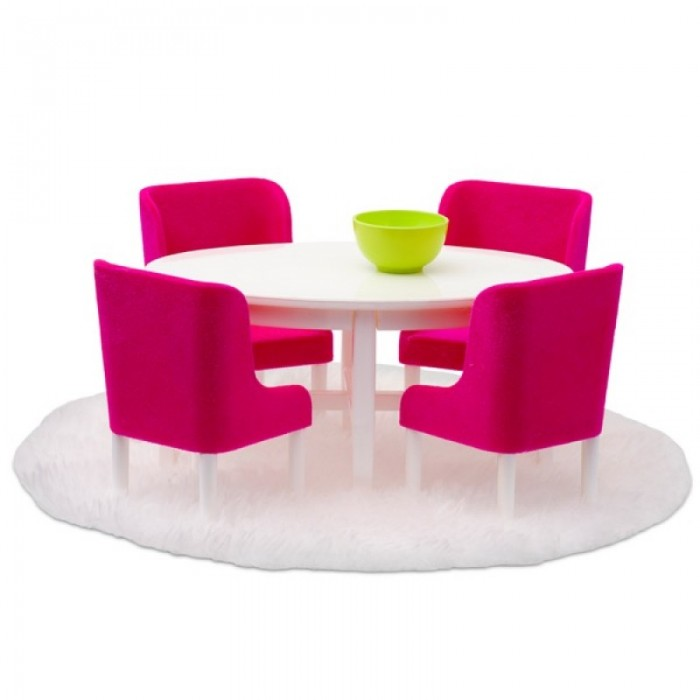 Lundby Мебель для домика Смоланд Обеденная группа в малиновых тонахМебель для домика Смоланд Обеденная группа в малиновых тонахМебель для домика Смоланд Обеденная группа в малиновых тонах.  Все аксессуары и мебель к домам Lundby выполнены в масштабе 1:18.   Семейные обеды сплачивают семью, важно что бы всем было комфортно. Современный комплект мебели в модном цвете — это именно то, что нужно для вашего интерьера.   Мебель для домика Смоланд Обеденная группа: белый овальный стол; 4 малиновых стула с удобными высокими спинками и глубокой посадкой; большой мягкий ковер и салатовая пиала; все элементы набора выполнены в масштабе 1:18.<br>