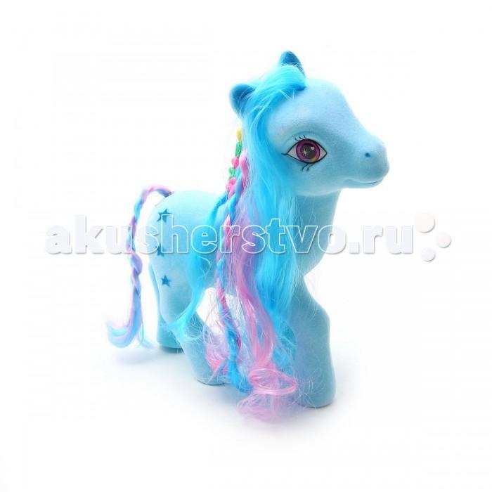 Bondibon Флокированная фигурка ПониФлокированная фигурка ПониФлокированная фигурка Пони.  Очаровательный пони с большими добрыми глазами и яркой гривой, заплетенной в косы, выглядит очень сказочно.   Многим девочкам нравятся лошадки, и они, скорее всего, с радостью добавят в свою коллекцию такую симпатичную игрушку. Она выполнена из приятного пластика с флоковым покрытием. На боку лошадки нанесен рисунок в виде звездочек.   Грива и длинный хвост изготовлены из мягких искусственных волос в бело-розовых тонах.<br>