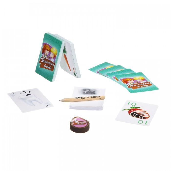 Bondibon Настольная игра Шоколадная битваНастольная игра Шоколадная битваНастольная игра Шоколадная битва.  Оказывается, даже не классические карточные игры могут быть чрезвычайно интересны! Из карт, на которых изображены шоколадные конфеты, нужно составлять сладкие и вкусные наборы конфет.   Каждый вид конфет – это определенное количество очков. Цель игры – набрать большее количество очков, чем другие игроки, но это не так-то просто! Карточная игра «Шоколадная битва» рассчитана на двух-трех игроков.   Среднее время игры составляет пятнадцать минут. В комплект игры входят 48 карточек с шоколадными конфетами, специальная фишка-стиратель шоколада, блокнот для ведения счета, карандаш, а также красочные правила игры.<br>