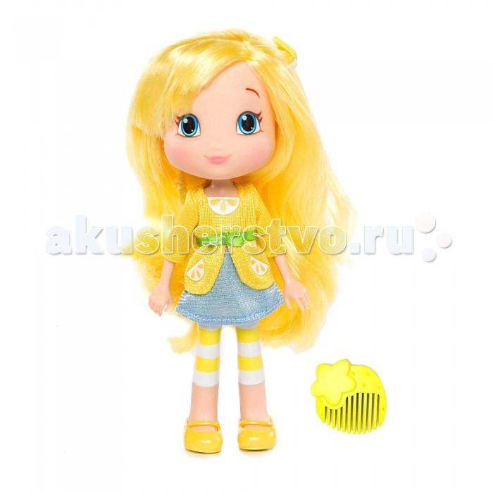 Strawberry Shortcake Кукла Лимона 15 смКукла Лимона 15 смЛимона - одна из героинь популярного среди девочек мультсериала Strawberry Shortcake (Шарлотта Земляничка). Как и ее подружки, она живет в Ягодном городке и является владелицей салона красоты.   У куклы Лимоны яркая внешность - красивые голубые глаза, розовые щечки и длинные мягкие волосы, которые можно расчесывать и заплетать в косички, создавать причудливые прически. В наборе также имеется маленький гребешок, при помощи которого можно расчесывать куклу.  На ней надет ее привычный наряд - легкая голубая юбка и желтая кофта, опоясанная бантиком. На ногах у нее забавные желтые сандалики и полосатые гетры.   Кукла выполнена из высококачественного пластика, красители не содержат токсичных веществ.<br>