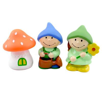 Курносики Набор игрушек-брызгалок для ванны ГномикиНабор игрушек-брызгалок для ванны ГномикиНабор игрушек - брызгалок для ванны Гномики изготовлены из безопасных материалов, созданы с учетом рекомендаций педиатров и детских психологов. Игрушки развивают мелкую моторику, логику, воображение, концентрацию внимания, цветовое восприятие и тактильные ощущения.  Размер игрушки: 13 &#215; 10 &#215; 6 см<br>