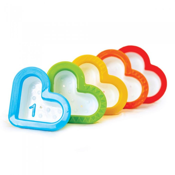 Munchkin Игрушка для ванны СердечкиИгрушка для ванны СердечкиИгрушки для ванны Munchkin Сердечки  Симпатичные чашечки-сито непременно придутся по сердцу Вашему малышу, ведь в них можно наливать и просеивать водичку во время купания, а также складывать их друг в друга, изучая разноцветные фактурные края.  в комплекте 5 формочек-сердечек, складывающихся друг в друга игрушка позволяет наливать и просеивать воду мягкие края формочек безопасны для малыша каждая формочка пронумерована: можно учить цифры прямо во время игры! компактное хранение способствует развитию мелкой моторики, логического мышления, дает малышу первые представления о цветах и свойствах предметов подходит для детей с 6-ти месяцев  Миссия Munchkin, американской компании с 20-летней историей: избавить мир от надоевших и прозаических товаров, искать умные инновационные решения, которые превращает обыденные задачи в опыт, приносящий удовольствие. Понимая, что наибольшее значение в быту имеют именно мелочи, компания создает уникальные товары, которые помогают поддерживать порядок, организовывать пространство, облегчают уход за детьми – недаром компания имеет уже более 140 патентов и изобретений, используемых в создании ее неповторимой и оригинальной продукции. Munchkin делает жизнь родителей легче!<br>