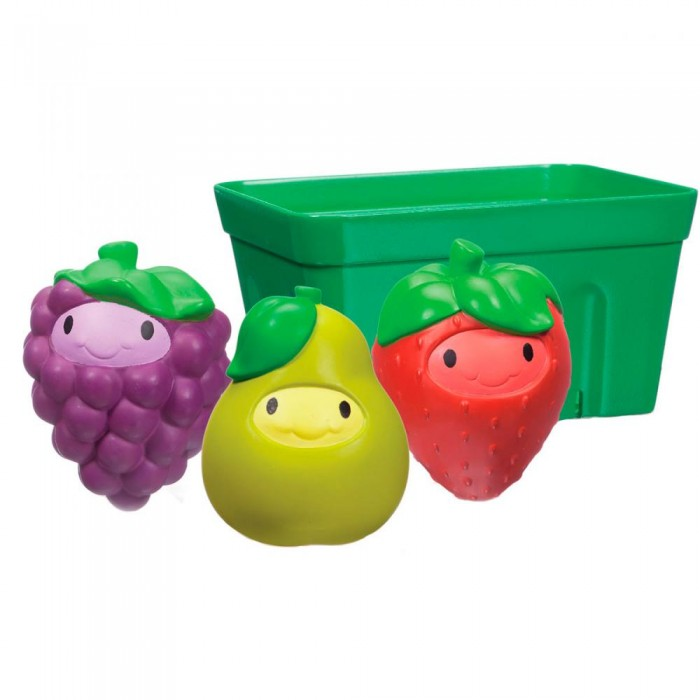 Munchkin Игрушки для ванны фрукты в корзинеИгрушки для ванны фрукты в корзинеИгрушки для ванны Munchkin Фрукты в корзине  Играть с едой теперь можно и даже нужно, ведь это так весело! Три яркие игрушки-брызгалки в виде груши, клубники и виноградинки разнообразят купание малыша и позволят ему придумывать различные увлекательные игры в ванной. Все игрушки складываются в специальную корзинку для аккуратного компактного хранения.  развивает мелкую моторику рук, творческое мышление подходит для малышей с 9-ти месяцев дает ребенку первые представления о формах, свойствах и цветах предметов удобная форма игрушек адаптирована для детских ручек не содержит Бисфенол-А в комплекте: корзинка, клубника, груша, виноград  Миссия Munchkin, американской компании с 20-летней историей: избавить мир от надоевших и прозаических товаров, искать умные инновационные решения, которые превращает обыденные задачи в опыт, приносящий удовольствие. Понимая, что наибольшее значение в быту имеют именно мелочи, компания создает уникальные товары, которые помогают поддерживать порядок, организовывать пространство, облегчают уход за детьми – недаром компания имеет уже более 140 патентов и изобретений, используемых в создании ее неповторимой и оригинальной продукции. Munchkin делает жизнь родителей легче!<br>