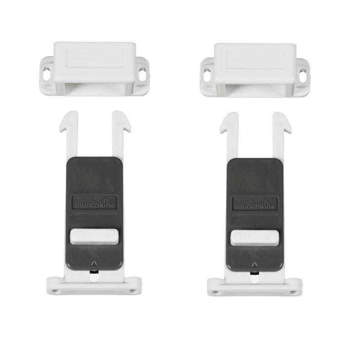 Munchkin Блокировка внутренняя для выдвижных ящиков XtraSafe 4 шт.Блокировка внутренняя для выдвижных ящиков XtraSafe 4 шт.Munchkin блокировка внутренняя для выдвижных ящиков XtraSafe  Блокировка для дверей не позволит малышу открыть двери морозильной камеры, крышку унитаза или ящика комода с химическими веществами.  Отлично держится на стеклянных, ламинированных, пластмассовых, деревянных и металлических поверхностях. Длина блокиратора - 95 мм Размер упаковки: 28 x 11 x 6 Состав: 4 замка-блокиратора, инструкция, винты Вес в упаковке: 155 г Крепятся на болтах. В комплекте 4 шт.  Кредо Munchkin, американской компании с 20-летней историей: избавить мир от надоевших и прозаических товаров, искать умные инновационные решения, которые превращает обыденные задачи в опыт, приносящий удовольствие. Понимая, что наибольшее значение в быту имеют именно мелочи, компания создает уникальные товары, которые помогают поддерживать порядок, организовывать пространство, облегчают уход за детьми – недаром компания имеет уже более 140 патентов и изобретений, используемых в создании ее неповторимой и оригинальной продукции. Munchkin делает жизнь родителей легче!<br>