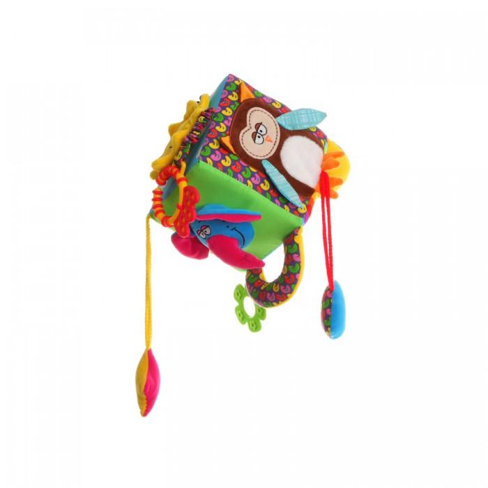 Развивающая игрушка Bondibon Куб 13,5 смКуб 13,5 смМягкая развивающая игрушка Куб 13,5 см  Мягкие развивающие игрушки, детали которых выполнены из безопасных материалов, являются первыми учителями детей. Именно такие игрушки расскажут малышам об окружающем мире. Они развивают зрение, слух, и передают малышами их первые тактильные ощущения.   Подвесная игрушка куб на каждой своей плоскости имеет определенное изображение: солнышко, слон и сова издают шелестящие звуки, подвесное сердечко умеет пищать.   Также на одной из граней куба расположены зеркало и прорезыватель для зубов, выполненные из качественных и безопасных материалов.<br>