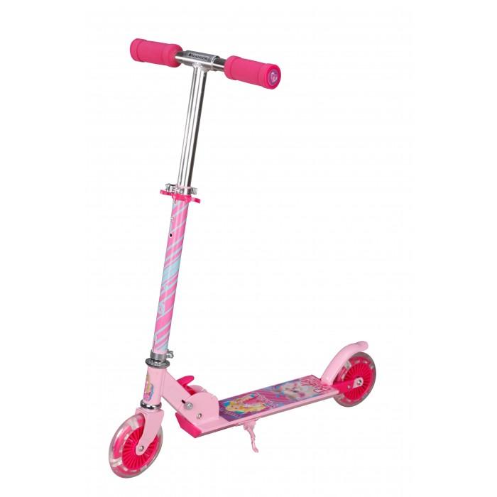 Самокат Navigator Barbie Т56922Barbie Т56922Самокат Navigator Barbie двухколёсный складной самокат, выполненный в ярком запоминающимся дизайне.  Самокат состоит из металлической рамы (алюминий/сталь), колёс из полиуретана и регулируемого по высоте руля с большими мягкими ручками. Для остановки предусмотрен ножной тормоз, выполненный в виде заднего крыла.  Катание на самокате - одно из любимых занятий детей. Оно приобретает большую популярность, поскольку не требует специальных навыков. Любой ребенок будет счастлив такой покупке! Пусть ваш ребенок почувствует радость и свободу!   Особенности: Регулируемый по высоте руль. Высота руля до 90 см. Рама алюминий/сталь, нескользящее покрытие PVC колеса - переднее и заднее 125 мм светящиеся Бесшумное движение без тряски  Ножной тормоз  Складная конструкция Стереокартинка Подножка Максимальная нагрузка: 50 кг   Размер самоката: 65.5х9.5х82.5 см<br>