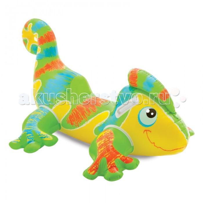 Intex Игрушка для плавания Веселый ГеконИгрушка для плавания Веселый ГеконНадувной Гекон Intex 56569 - это детская игрушка для плавания, которая изготовлена из плотного винила.   Игрушка очень устойчива на воде и имеет две прочные ручки-держатели по бокам для удобного захвата.  Гекон сделан из легкого материала, поэтому отлично держится на воде. Будьте осторожнее с острыми колющими и режущими предметами.  Плотик способен выдерживать лишь небольшие нагрузки. Предназначен для детей от 3 лет.  При необходимости его можно всегда быстро сдуть, так как он оснащен удобным двойным клапаном.  Размер надувной игрушки: 138 х 91 см<br>