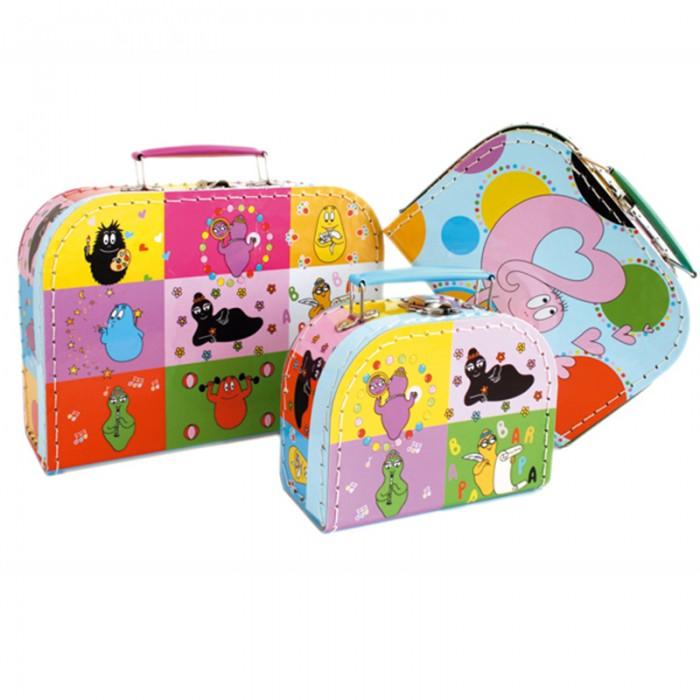 Spiegelburg Набор чемоданчиков BarbapapaНабор чемоданчиков BarbapapaSpiegelburg Набор чемоданчиков Barbapapa.  В набор входит сразу 3 чемоданчика различных размеров: маленький 16 х 11,5 х 7,5 см, средний 20 х 14 х 8 см и большой 25 х 18 х 8,5 см. Все они сделаны из прочного картона и имеют металлические ручки, благодаря чему их легко и удобно носить!  Все чемоданчики имеют яркую разноцветную окраску и украшены множеством забавных картинок.<br>