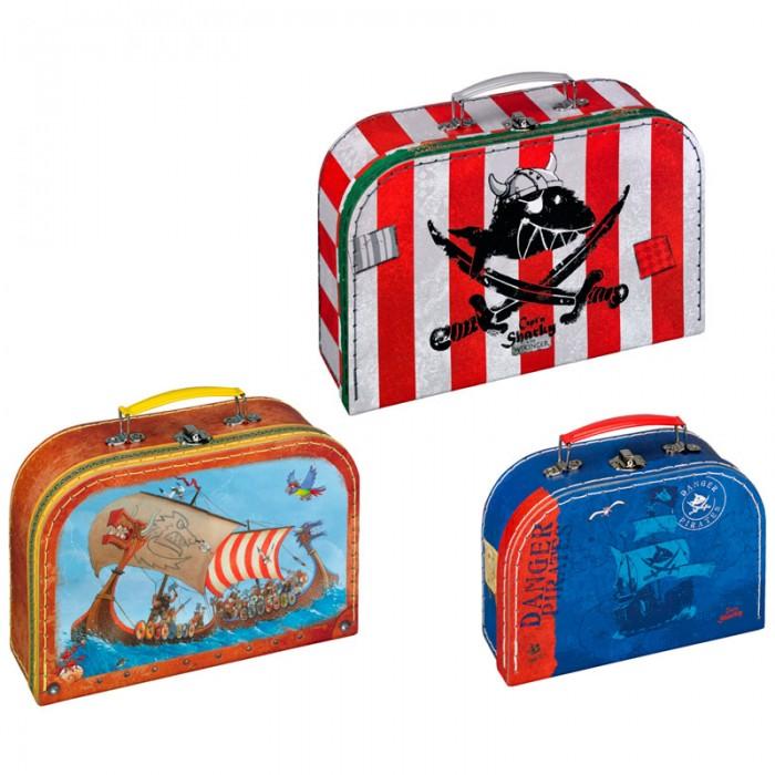Spiegelburg Набор чемоданчиков для игр Captn SharkyНабор чемоданчиков для игр Captn SharkySpiegelburg Набор чемоданчиков для игр Captn Sharky.  Набор чемоданчиков для игр Capt'n Sharky от немецкой компании Spiegelburg. У каждого мальчишки, как у настоящего пирата, найдутся мелкие ценные вещи, которые он хотел бы спрятать. Для этого отлично подойдут специальные чемоданчики.  Чемоданчики сделаны из плотного картона, у них металлическая ручка и замочек. В наборе три чемоданчика, которые по-разному раскрашены. На первом изображено сражение викингов, на втором сумеречный пиратский корабль, а на третьем пиратский полосатый флаг с акулой между саблями.  В этих сундучках можно хранить мелкие деньги или игрушки, личные записи и другие вещи. Вашему маленькому пирату понравится такой подарок, как Набор чемоданчиков для игр Capt'n Sharky от немецкой компании Spiegelburg.<br>