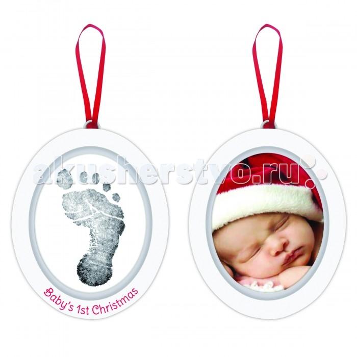 Pearhead Подарок на ленточке Пяточка-Ладошка (Отпечаток+Фото)Подарок на ленточке Пяточка-Ладошка (Отпечаток+Фото)Персонализируйте первое Рождество вашего ребенка с этим подарком на ленточке! Это двухсторонний деревянный орнамент с одной стороны украшен отпечатком ножки или ручки Вашего малыша, а с другой стороны праздничной фотографией.   Компания Pearhead создает неповторимые подарочные наборы и товары для детей и домашних питомцев с 1999 года. Оригинальная продукция отличается простотой и функциональностью дизайна, при этом передает невероятную чувственную красоту домашнего декора. Pearhead - это бережное отношение к традициям и уважение к семейным ценностям в сочетании с яркими инновационными идеями.<br>