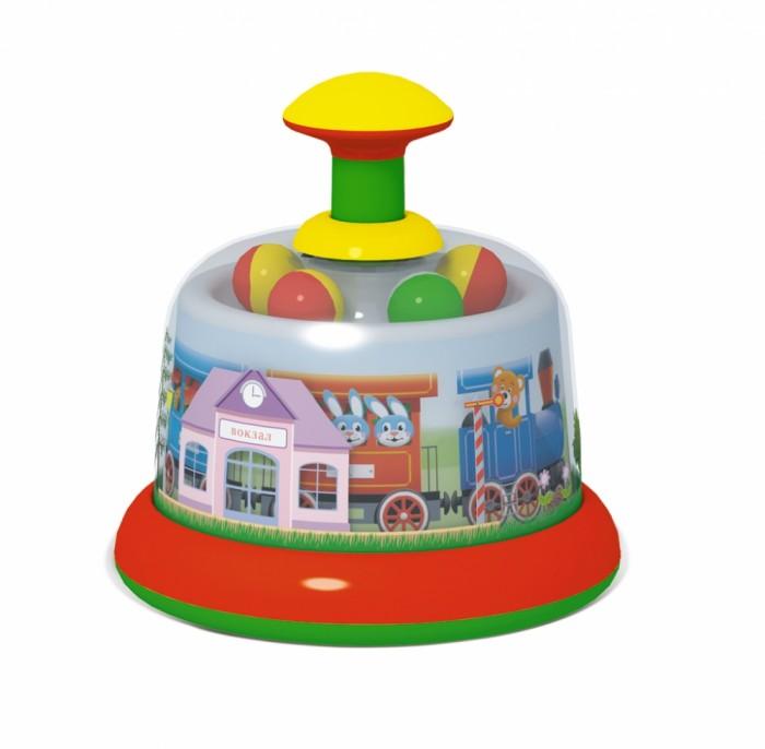 Развивающая игрушка Стеллар Юла-карусель ПанорамаЮла-карусель ПанорамаЮла заводится легким нажатием на рукоятку, что доступно даже младенцам. От прикосновений малыша карусель начинает крутиться, и картинка на ее куполе «оживает».   Детям нравится наблюдать за движением картинок, тем более, что они могут сами влиять на скорость вращения карусели. А разноцветные скачущие шарики на верху купола делают юлу еще привлекательней.  Развивает сенсорную сферу, мелкую моторику. Формирует зрительно-моторную и зрительно-слуховую координацию. Знакомит со свойствами движущегося предмета.  Внимание! Расцветка может отличаться от представленной на фото!<br>