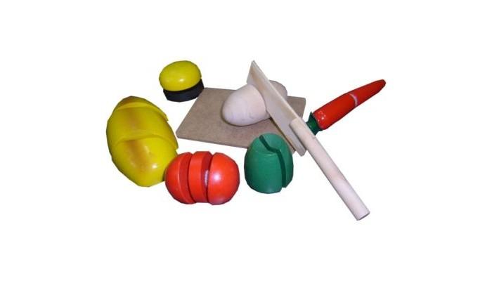 Деревянная игрушка QiQu Wooden Toy Factory Игра Готовим завтракИгра Готовим завтракИгра Готовим завтрак  Представление о дроби, как части целого, может сформироваться у малыша рано. Ведь в жизни он видит, например, половину яблока или его четверть. Разделить целые овощи на части удобно и для развлекательной игры. Каждый овощ разделен на 2-3 части, собирающихся при помощи липучек, что наглядно дает представления о дробях 1/1, 1/2 и 1/3.<br>