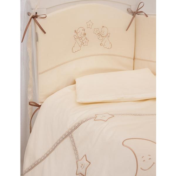 Комплект для кроватки Makkaroni Kids Волшебная сказка 140х70 (6 предметов)Волшебная сказка 140х70 (6 предметов)Комплект постельного белья Волшебная сказка от Makkaroni Kids. Классический, сдержанный дизайн и продуманная функциональность позволили комплекту Волшебная сказка завоевать сердца многих родителей!  Для производства комплекта используется только высококачественный материал - натуральный сатин (100 % хлопок), шитье ручной работы, гипоаллергенные, дышащие наполнители.  Особенности: Классический, сдержанный дизайн и продуманная функциональность позволили комплекту «Волшебная сказка» завоевать сердца многих родителей! Борт по всему периметру кроватки, со съемными чехлами, состоит из двух частей, высота по периметру - 40 см, изголовье – 45 см. Наполнитель борта – холлофайбер, он совершенно не боится влаги, что говорит о его лучших гигиенических качествах. И - самое главное – в постельных принадлежностях из холлофайбера не заводятся клещи и прочая нежелательная живность.  Бортик от Makkaroni Kids прекрасно защитит вашего малыша от сквозняков пока он маленький, а когда ребенок подрастет и начнет самостоятельно вставать, предотвратит от возможных ушибов.  Большим преимуществом борта является съемные чехлы. Вы сможете его постирать и при этом не деформировать.  Верхняя ткань одеяла и подушки – 100% хлопок, наполнитель – бамбуковое волокно - обладает натуральными антимикробными свойствами, не вызывает никаких раздражений на коже человека, идеально подходит детям. Волокно из бамбука создаёт комфорт и обеспечивает здоровым и спокойным сном, регулирует температуру Вашего тела, обладает влагопоглощением, замечательной вентилирующей способностью. Размер одеяла позволяет продлить его использование до 5 лет.  Высота подушки, входящей в комплект - 2 см – оптимальная для головы новорожденного согласно современным исследованиям. Все постельные принадлежности в комплекте изготовлены из натурального САТИНА. Вы по достоинству оцените высокую износостойкость, надежность и долговеч