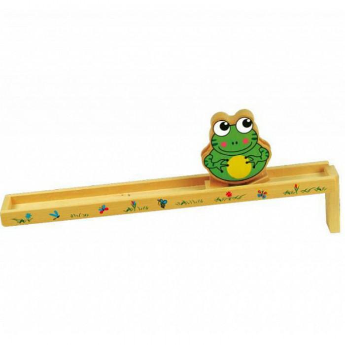 Деревянная игрушка QiQu Wooden Toy Factory Горка ЛягушкаГорка ЛягушкаГорка Лягушка  Забавная развлекательная игра для маленьких детей. Задача ребенка - разместить лягушку наверху горки длиной 35 см. Под воздействием силы тяжести лягушка будет ловко и смешно переставлять лапки, спускаясь с горки.<br>