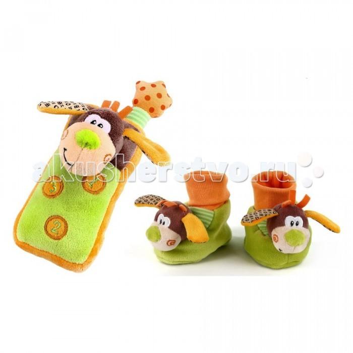 Развивающая игрушка Жирафики Набор подарочный СобачкиНабор подарочный СобачкиЖирафики Набор подарочный Собачки - это прекрасный комплект с плюшевыми тапочками-носочками и мягким телефоном для малыша с самого рождения.  Особенности: Яркие тапочки можно использовать не только как обувь, но и как развивающую игрушку, ведь внутри спрятаны веселые погремушки. Они выполнены в салатовом цвете с мордочками забавных щенков с разноцветными ушами и оранжевыми хохолками на макушках. Сверху пришиты широкие резинки оранжевого цвета, которые будут надежно держать тапочки на ножках непоседливого ребенка. Плюшевый телефончик с мордочкой собачки удобно держать в руках, если нажать на одну из трех кнопочек, то раздастся звук звонящего телефона. Игрушки сшиты из мягкой ткани разных цветов.  Набор предназначен для развития у деток слуха, зрения, восприятия цвета, формы, а также тактильных ощущений и хватательного рефлекса.<br>