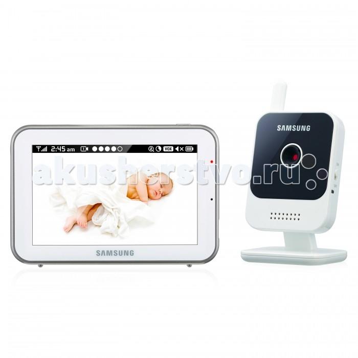 Samsung Видеоняня SEW-3042WPВидеоняня SEW-3042WPSamsung Видеоняня SEW-3042W Одна из важнейших особенностей данной видеоняни заключается в том, что она передаёт изображение высокого качества HD от детского блока на родительский на расстоянии до 300 метров. Это надёжная, стабильная и безопасная видеоняня, которая оснащена сенсорным экраном 12,7 см.   Видеоняня оснащена всеми необходимыми современным родителям функциями и удобна в повседневном использовании. Современные технологии цифровой передачи данных, используемые в устройстве, обеспечивают качественную и устойчивую к помехам связь без интерференции.  Особенности: Дальность приёма до 300 метров. Диагональ дисплея 12,7 см (5 дюймов). Изображение камеры высокого качества HD 720p (разрешение 1280 x 720, эффективные пиксели H: 1280 / V: 1024). Высокое качество изображения на мониторе, разрешение 800 х 480 пикселей. Сенсорный дисплей, управление с помощью прикосновения к экрану. Угол обзора камеры 55o (обычно этого достаточно, чтобы охватить больше половины детской комнаты, зависит от места расположения). Двухсторонняя связь позволяет успокоить кроху на расстоянии, если он расплакался. Высокое качество звука. Чистый цифровой сигнал обеспечивает надёжную связь, которую не могут прервать работающие роутеры, микроволновая печь, домашний радиотелефон или прочие бытовые электронные приборы. Режим ночного видения включается автоматически при недостаточном освещении. Колыбельные мелодии в памяти устройства, удалённое управление. Автоматическая активация при плаче (режим VOX для сохранения заряда аккумулятора) или постоянно включённый дисплей. Функция приближения (цифровой зум). Часы. Таймер кормления с оповещением. Индикация уровня заряда аккумулятора. Время работы родительского блока видеоняни от батареи от 4 часов (зависит от интенсивности использования). Регулировка громкости звука. Индикатор уровня связи. Возможность крепления камеры на стене (винты в комплекте). Возможность подключения до 4-х камер с функцией разделения 