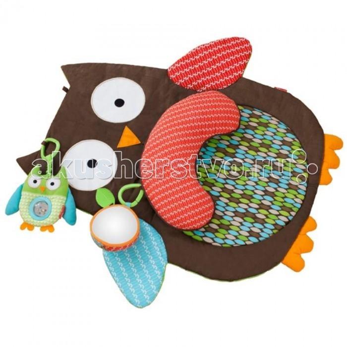 Развивающий коврик Skip-Hop Мудрая СоваМудрая СоваС развивающим ковриком Мудрая Сова ползание на животике еще никогда не было таким увлекательным! Этот игровой коврик в форме совы предлагает множество развивающих возможностей: звуки, различные текстуры и разнообразные формы: он идеален для стимулирования любознательности у ребенка.  Около ушек совы имеются две съемные игрушки-подвески. Около левого ушка пристроилась мини-сова салатового цвета с гремящим элементом. Погремушка в виде прозрачной сферы прочно приделана в серединке мини-совы. Около правого ушка - два листочка, один из них объемный и мягкий, с безопасным зеркальцем, второй листочек можно использовать в качестве прорезывателя.  У коврика есть дополнительная подушечка в виде полукруга. Ее можно снять или подвесить на кольца около ушек.  Коврик выполнен из ярких и мягких современных высококачественных материалов, абсолютно безопасных для ребенка.  Размер 76х76 см<br>