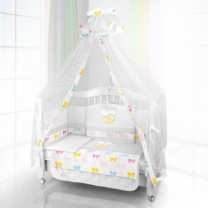 Комплект в кроватку Beatrice Bambini Unico Preferito Fiocco 125х65 (6 предметов)Unico Preferito Fiocco 125х65 (6 предметов)Комплект Beatrice Bambini Unico Preferito Fiocco (125х65) - очень стильный и красивый комплект детского постельного белья для самых маленьких. Его нежные ткани и дизайн окружат малыша уютом и подарят яркие сновидения. Его мягкая структура тканей и удивительно нежный дизайн придутся по вкусу вам и вашему малышу.  Данный комплект идеально подходит для кроваток с габаритными размерами 125х65 см.  Все материалы, которые использовал итальянский производитель, проходили обязательную проверку по следующим параметрам:  соответствие экологическим и санитарным нормам отсутствие каких-либо аллергенов высокое качество и максимальная натуральность  В состав комплекта вошли такие постельные принадлежности как: подушечка правильной ортопедической формы одеяло с инновационным наполнителем, который будет поддерживать оптимальный температурный баланс у крохи наволочка и пододеяльник простынка с резиночками для фиксации съемные бортики, которые уберегут кроху от травматизма<br>
