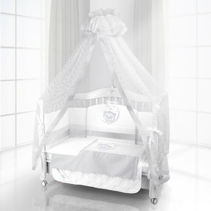 Комплект для кроватки Beatrice Bambini Unico Sogno 120х60 (6 предметов)Unico Sogno 120х60 (6 предметов)Комплект Beatrice Bambini Unico Sogno (120х60) окружит вашего новорожденного ребенка нежной заботой своих мягких тканей и оригинального дизайнерского исполнения. Очень мягкая и приятная на ощупь структура натурального сатина, который итальянский производитель использует при производстве своих комплектов, не будет натирать и раздражать нежную кожу младенца.   Данный комплект идеально подходит для кроваток с габаритными размерами 120х60 см.  Все материалы, которые использовал итальянский производитель, проходили обязательную проверку по следующим параметрам:  соответствие экологическим и санитарным нормам отсутствие каких-либо аллергенов высокое качество и максимальная натуральность  В состав комплекта вошли такие постельные принадлежности как: подушечка правильной ортопедической формы одеяло с инновационным наполнителем, который будет поддерживать оптимальный температурный баланс у крохи наволочка и пододеяльник простынка с резиночками для фиксации съемные бортики, которые уберегут кроху от травматизма<br>