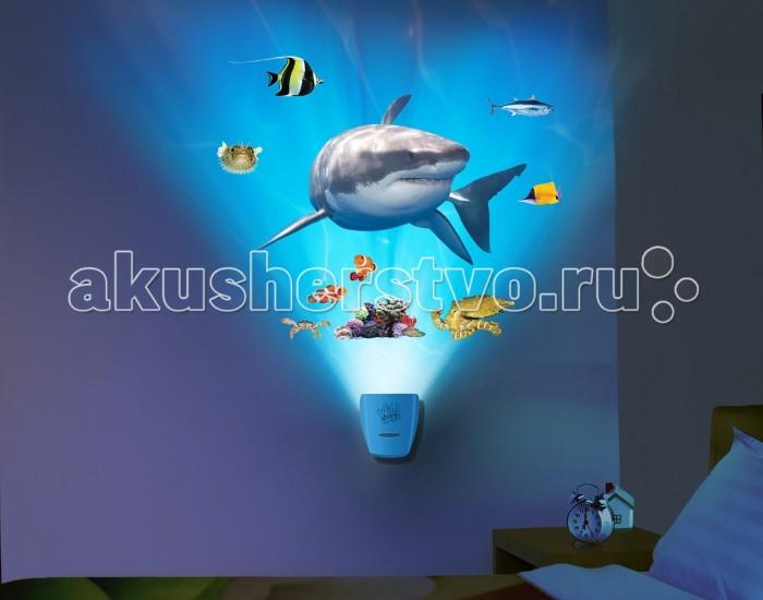 Uncle Milton Настенный проектор Встреча с белой акулой In My RoomНастенный проектор Встреча с белой акулой In My RoomИнтерактивный настенный проектор Встреча с белой акулой.   Проектор с уникальными и реалистичными звуковыми и световыми эффектами погружения в морскую пучину.   Требуется 3 батарейки типа АА. Батарейки входят в комплект.   Возраст: 5+<br>