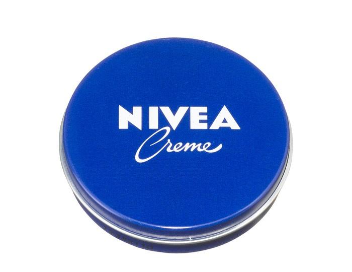 Nivea Cream Крем 30 мл для ухода за кожейCream Крем 30 мл для ухода за кожейБесподобное увлажнение для всех типов кожи, как для взрослых, так и для детей, в любое время года.  Nivea Creme – универсальный увлажняющий крем.  Благодаря уникальной формуле с эвцеритом, пантенолом и глицерином, крем прекрасно увлажняет, питает и бережно ухаживает за кожей тела, особенно за ее сухими участками.   Nivea Creme не содержит консервантов и поэтому подходит даже для нежной детской кожи.  Продукт одобрен дерматологами.  Nivea является одной из ведущих мировых компаний в области средств по уходу за кожей. Nivea заботится о потребителях, предлагая им совершенные и инновационные продукты. В исследовательском центре компании работает более 150 специалистов в области дерматологии и косметологии, фармакологии и химии. Косметическая продукция совершенствуется благодаря регулярным лабораторным исследованиям и многочисленным тестам.<br>