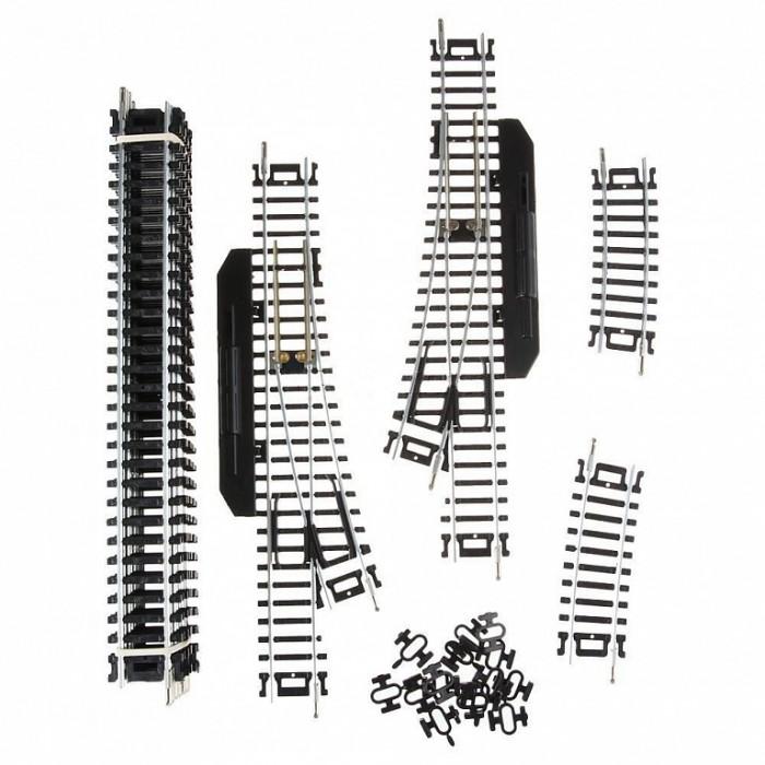 Mehano Набор рельс №2Набор рельс №2Набор рельс №2   в масштабе 1:87, ширина колеи 16,5 мм.  При желании длину железнодорожного полотна, предлагаемого в стандартном наборе, можно увеличить и разнообразить.   Это не составит особой сложности, поскольку все элементы железных дорог «MEHANO» совместимы друг с другом. Таким образом, юный машинист сможет прокладывать различные маршруты, строить новые станции, придумывать неповторимый, свой собственный уникальный ландшафт.   В комплекте набора рельсов №2 «Mehano»:  11 прямых участка железнодорожного полотна по 228,6 мм.  2 коротких радиальных отрезка (компенсаторы).  1 стрелка левая (с ручным переключением).  1 стрелка правая (с ручным переключением).  15 клипс-соединителей.<br>