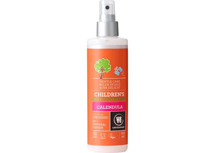 Urtekram Детский спрей-кондиционер для волос 250 млДетский спрей-кондиционер для волос 250 млДетский спрей-кондиционер для волос 250 мл - детский органический несмываемый спрей-кондиционер для волос с экстрактом календулы  разглаживает волосы и облегчает расчесывание длинных волос.   Спрей-кондиционер предназначен для увлажнения и смягчения тонких и нежных детских локонов. Ребятишек приходится купать достаточно часто, поэтому с самого раннего возраста необходимо позаботиться о том, чтобы средство для мытья не пересушило волосики малыша. Негативное воздействие солнца и ветра тоже может привести к потере влаги и эластичности. Spray Conditioner с экстрактом календулы мгновенно восстановит водный баланс волос, оздоровит кожу головы и предотвратит спутывание прядей. Процедура расчесывания не вызовет у ребенка дискомфорта, а его локоны станут блестящими и шелковистыми.  Способ применения: встряхнуть перед использованием. Нанести на влажные или сухие волосы. Расчесать. Подходит для всех типов волос.  Сертифицировано ECOCERT Greenlife в соответствии с COSMOS ORGANIC.<br>