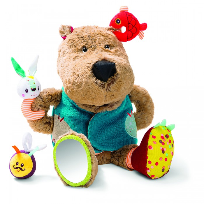 Развивающая игрушка Lilliputiens Медвежонок ЦезарьМедвежонок ЦезарьРазвивающая игрушка Медвежонок Цезарь   Нажми на мордочку Цезаря, и медвежонок зарычит: он очень проголодался!   Скорее накорми его: положи ему в пасть рыбку, зайчика или... шмеля... Они, конечно же, слишком юркие и не дадут себя проглотить!   Смотри как они дразнят медвежонка, повиснув у него на жилете.  Размеры: 32 x 28 x 23 см<br>