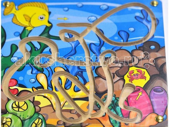 Деревянная игрушка Фабрика Мастер игрушек Лабиринт с шариком Рыбка и крабЛабиринт с шариком Рыбка и крабРазвивающая игрушка лабиринт с шариком Рыбка и краб  Жизнь в морских глубинах полна приключений.   Даже в гости к другу не так-то легко добраться – ведь легко заблудиться в лабиринте подводных морских течений и уплыть не туда. Задача игрока – закатить шарик в пещеру, где живет краб.<br>