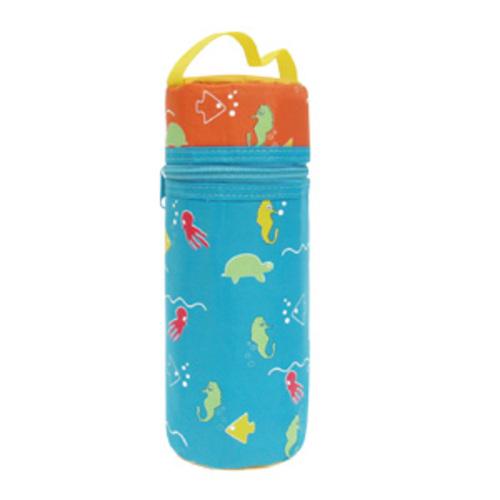 Lubby Термоконтейнер для бутылочки мягкийТермоконтейнер для бутылочки мягкийLubby Мягкий термоконтейнер для бутылочки способен поддерживать температуру питания в бутылочке в течение определенного периода времени (в зависимости от времени года).   Благодаря гибкости вмещает бутылочку объемом до 250 мл любой формы.  Состав: нейлон, поролон, водонепроницаемый фольгированный. Индивидуальная упаковка: пакет+хедер .<br>