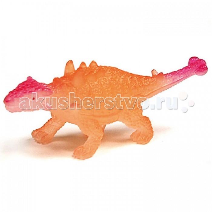 Geoworld Мини-набор палеонтолога Сколозавр 6.5 см (светится в темноте)Мини-набор палеонтолога Сколозавр 6.5 см (светится в темноте)Сколозавры, как и их близкие родственники анкилозавры, – это древние ящеры с впечатляющей броней, мощным костяным черепом и большим наростом на хвосте, который похож на булаву. Миниатюрная фигурка сколозавра из этого набора позволит ребенку узнать, как точно выглядели эти древние ящеры. А входящая в комплект карточка с научной информацией расскажет интересные факты. Прежде чем играть с фигуркой, ребенку нужно будет ее раскопать из кусочка гипса. Для раскопок в комплекте есть удобная стамеска. Фигурка светится в темноте.  Комплект:   Гипсовая форма с фигуркой динозавра; Стамеска;  Карточка с информацией.    Основные характеристики:  Размер игрушки: 6.5 см<br>