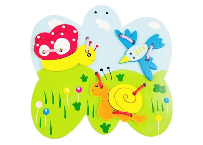 Деревянная игрушка Mapacha Шнуровка ПолянаШнуровка ПолянаДеревянная игрушка Mapacha Шнуровка Поляна - это игрушка для развития детей.  Особенности:  В набор входит выполненная из дерева, красочная иллюстрация поляны.  К ней, при помощи шнурка, нужно прикрепить синюю птичку, яркую бабочку и веселую улитку.  Играя со шнуровкой, малыш развивает мелкую моторику рук, пространственное мышление, а также свою фантазию.<br>