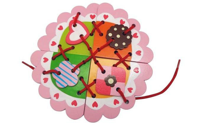 Деревянная игрушка Mapacha Шнуровка СладостиШнуровка СладостиДеревянная игрушка Mapacha Шнуровка Сладости представляет собой занимательную игрушку, которая состоит из основной фигуры и фигурных деталей игры.  Особенности:  Это очень занимательное и увлекательное занятие для ребенка, оно очень полезно для его развития, логики, цветовосприятия и памяти.  Дети любят привязывать, развязывать шнурки и всякого рода веревочки, поэтому данная игрушка очень понравится ребенку и увлечет его.<br>