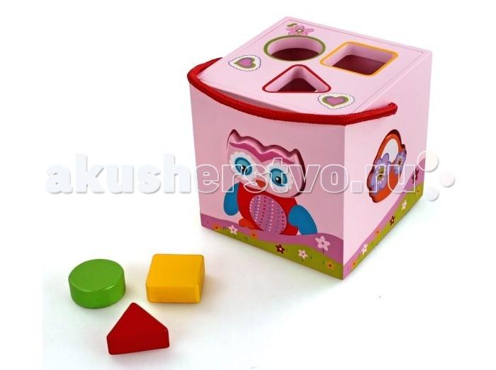 Сортер Mapacha Волшебный кубикВолшебный кубикСортер Mapacha Волшебный кубик представляет собой замечательную развивающую игрушку в розовом исполнении.  Особенности: В деревянном кубе проделаны специальные отверстия, в которые ребенку предстоит вставить фигурки в предназначенное для этого место.  У сортера имеется удобная текстильная ручка в виде красного шнура, благодаря чему игрушку можно легко переносить.  Верхняя крышка открывается, поэтому фигурки можно хранить внутри кубика. Игрушка предназначена для развития у детей координации движения, логики, также восприятия цвета и формы.<br>